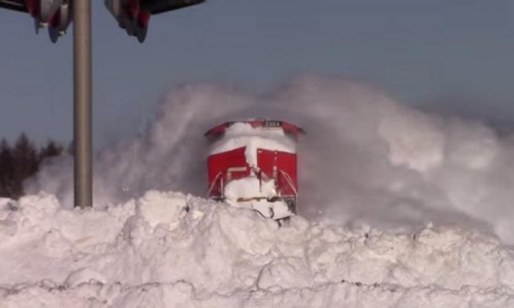 بالفيديو .. قطار يكتسح الثلوج التى تعترض طريقه فى مشهد مذهل