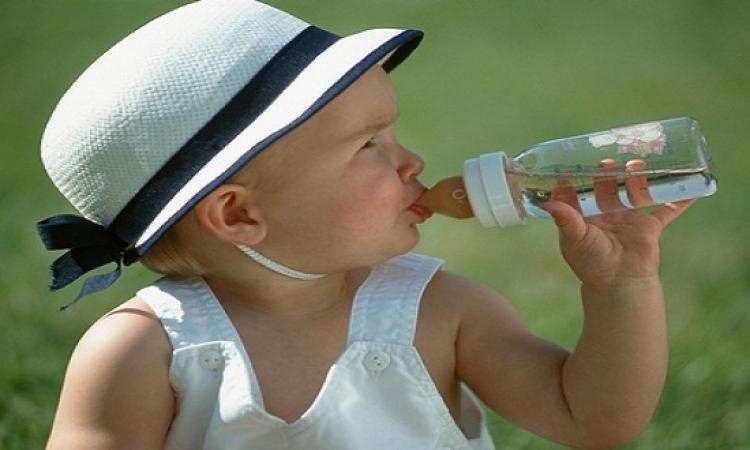 اكتشفى.. متى يبدأ طفلك الرضيع تناول الماء بأمان؟