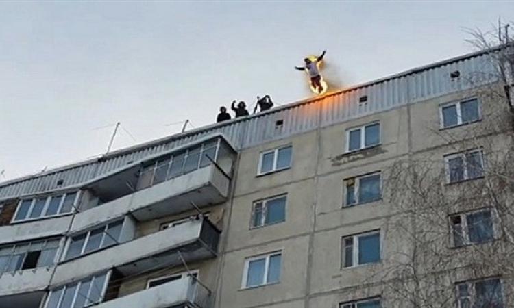 بالفيديو .. مغامر روسى يشعل النار فى نفسه ويقفز من الطابق التاسع