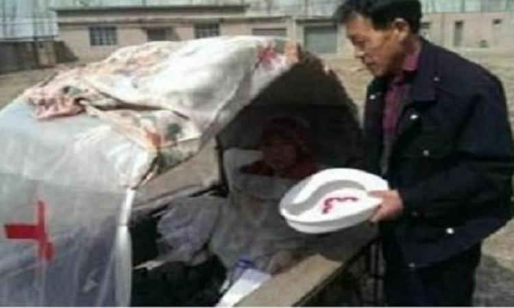 رجل صينى يقوم بعمل سيارة لزوجته لينقلها بها إلى المستشفى