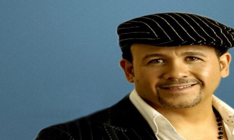 بالفيديو…هشام عباس يغنى لمصر بثلاث لغات مختلفة