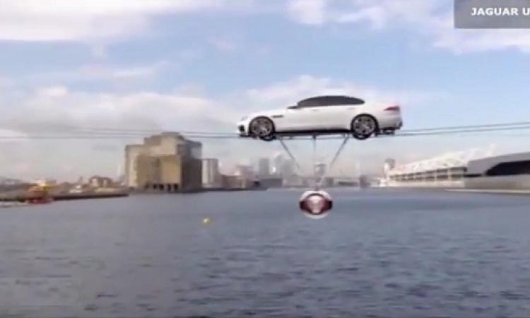 بالفيديو.. سيارة الجاكوار الجديدة تجوب سماء لندن على الحبال