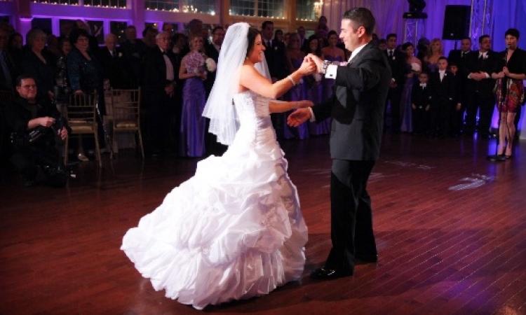 بالفيديو .. عروسة سورية تشعل حفل زفافها برقصة كالفراشة مع عريسها