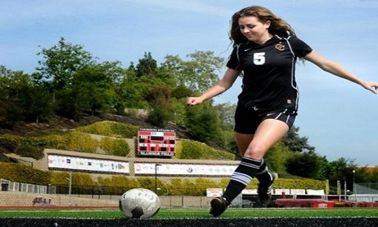بالفيديو .. . فتاة تمتلك مهارة فى لعب كرة القدم بالفستان