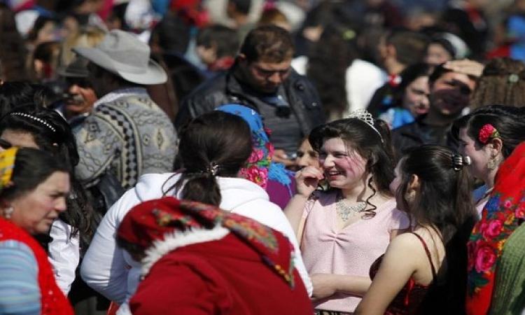 بالفيديو والصور .. بنات الغجر للبيع بسوق الخضار فى بلغاريا
