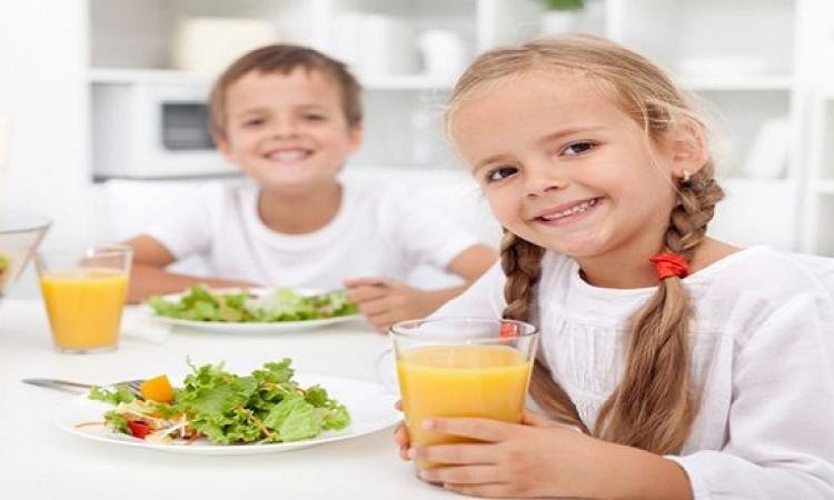 10 أطعمة تضر بصحة طفلك .. 9 عادات على طفلك التخلص منها