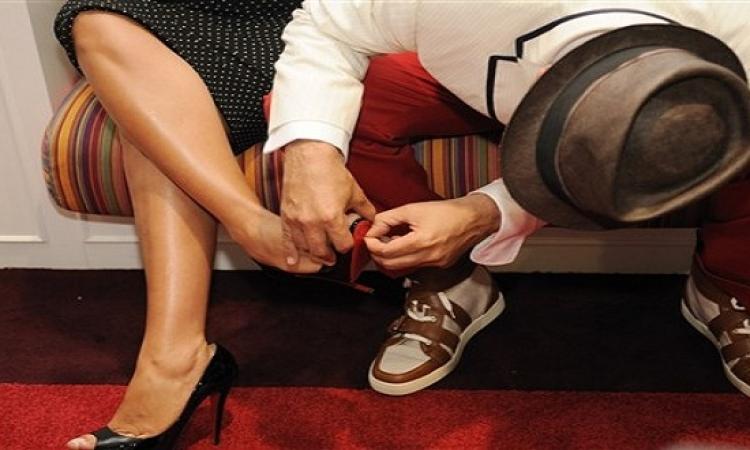صورة تهز مواقع التواصل الاجتماعى لرجل يربط حذاء زوجتة فى الشارع
