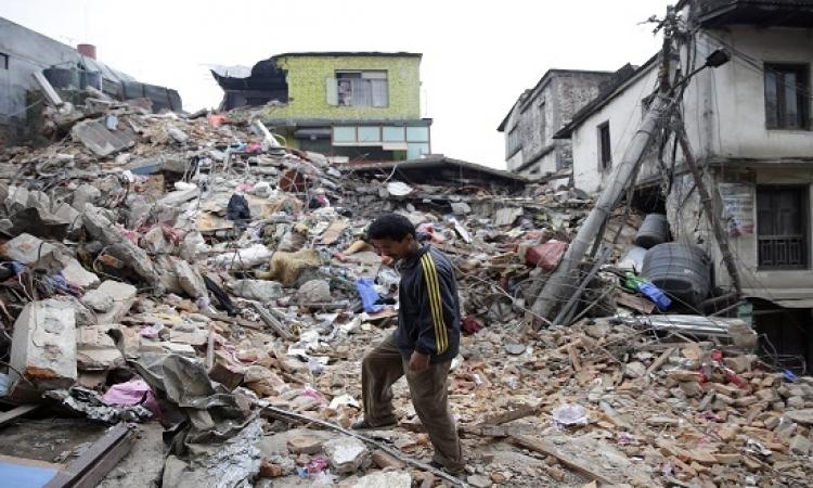 نيبال تستغيث .. وضحايا الزلزال يقتربون من الالفى قتيل