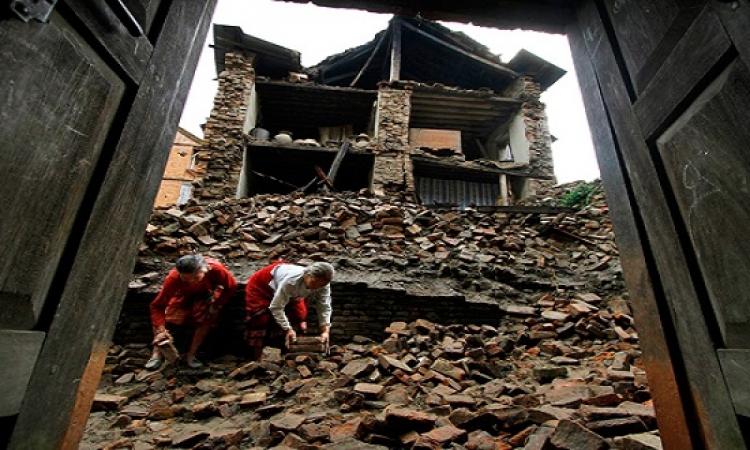 زلزال بقوة 7.9 درجة يضرب نيبال .. والضحايا يتجاوزون ال 700 قتيل