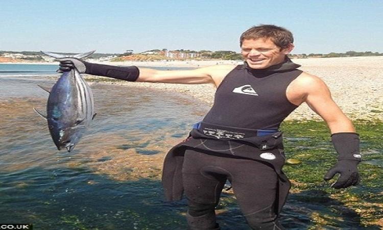 بالفيديو.. صياد يحاول التقاط سيلفى مع سمكة تونة ويتعرض لموقف مضحك..!!