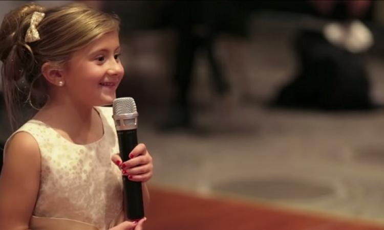 بالفيديو .. طفلة تنتحل شخصية من Frozen وتشعل حفل زفاف