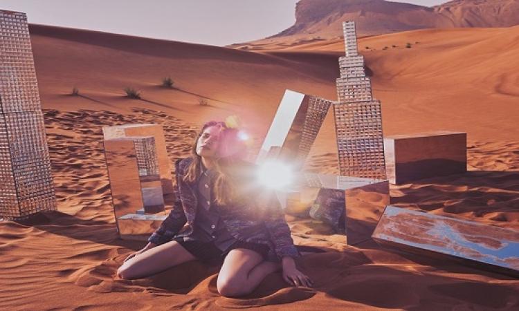 بالصور .. جلسة تصوير لعارضات أزياء فى الصحراء بالمرايات !!