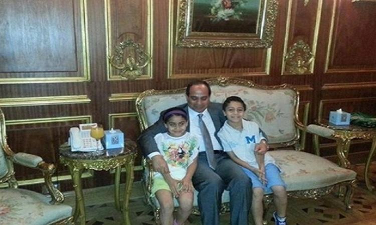 صورة للسيسى برفقة أحفاده فى منزله