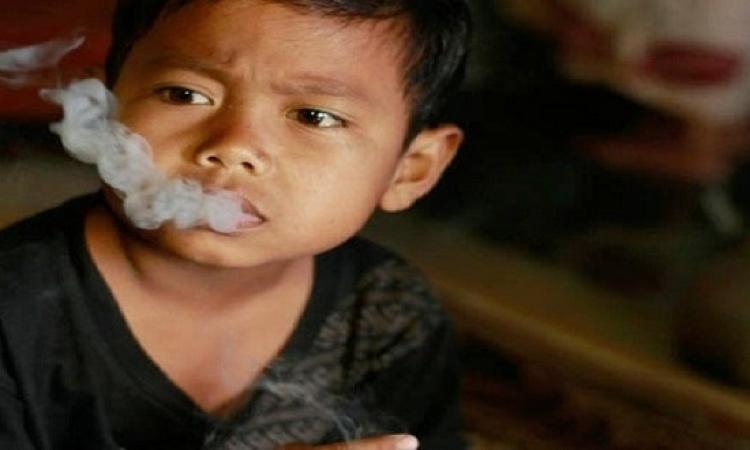 طفل يدخن 16 سيجارة باليوم وهو فى السابعة من عمره