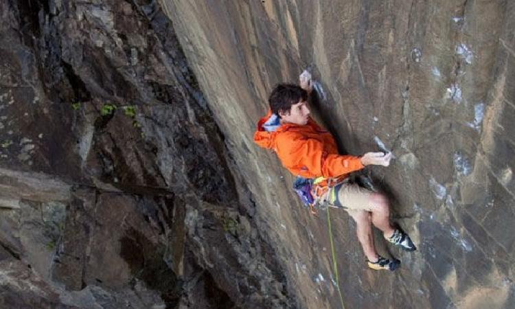 بالصور .. مغامر يتسلق أحد الجبال العالية بدون معدات