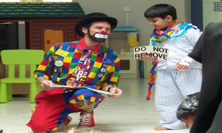 اضحك والضحكة هتبقى ضحكتين .. الطبيب المهرج يعالج الأطفال بالضحك