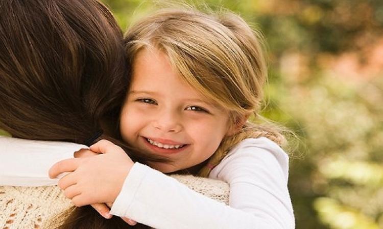 بالفيديو .. كيف يتعرف الطفل معصوب العينين على أمه؟!