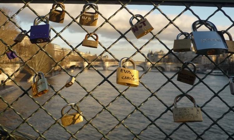 """وداعًا لأقفال الحب.. باريس تزيل 45 ألف معلقة على جسر """"بوان ديزار"""""""