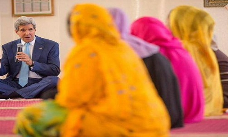 جون كيرى يلقى محاضرة لتعليم الحجاب فى أحد المساجد ..لا ياراجل فين دقنك ياشيخ!!