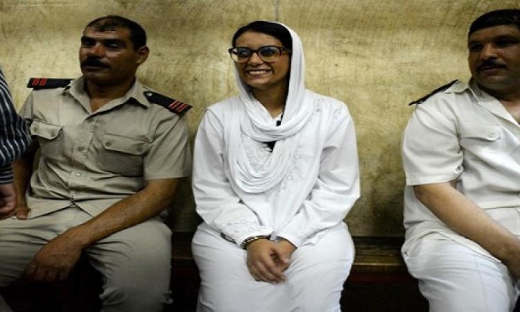 السجن سنة و3 أشهر لماهينور المصرى فى قضية اقتحام قسم شرطة الرمل