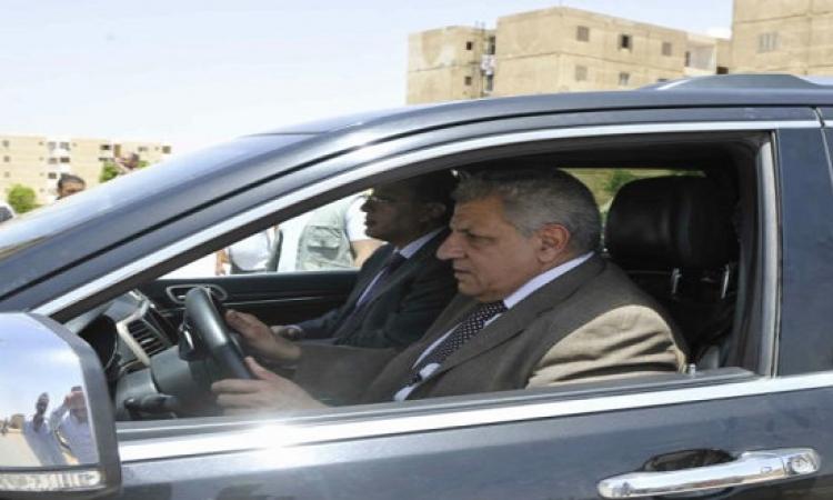محلب يقود سيارته فى جولة للاطمئنان على الخدمات المقدمة للمواطنين