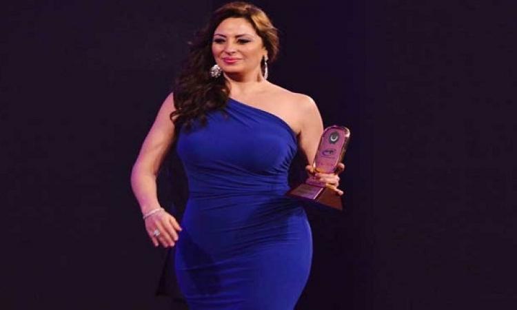 بالصور .. فستان نيرمين الفقى يثير الانتقادات بالإسكندرية