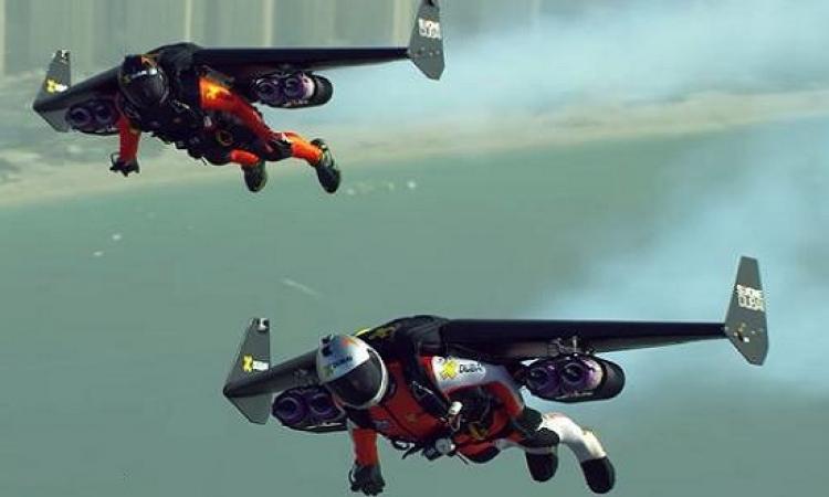 بالفيديو .. أول شخص يطير بأجنحة ذات محركات دفع نفاثة