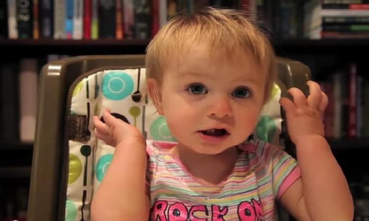 بالفيديو ..  طفل يحاول والده أن يقنعه أنه أفضل من والدته .. ماذا فعل؟!