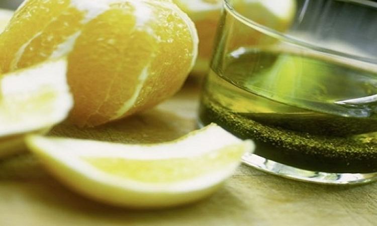زيت الزيتون مع عصير الليمون لجلد طرى حول الأظافر