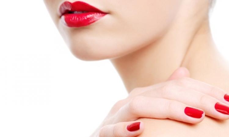 طلاء الأظافر الأحمر مرهون بلون بشرتك