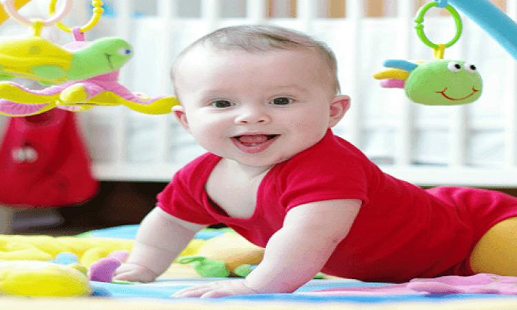 تعرفى على مراحل تطور الإمساك بالأشياء عند طفلك الدارج