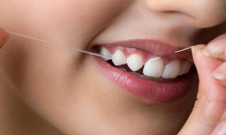 حافظ على اللثة الحساسة بتنظيفها بخيط الأسنان