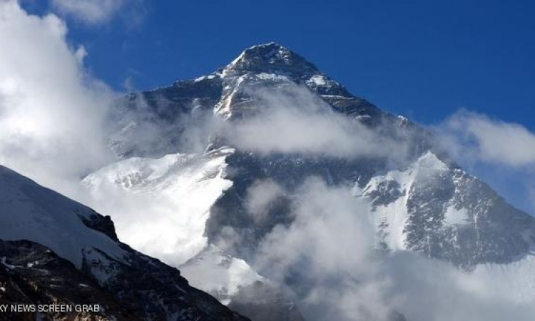 جبل تشومولانجما تحرك من مكانه 40 سم