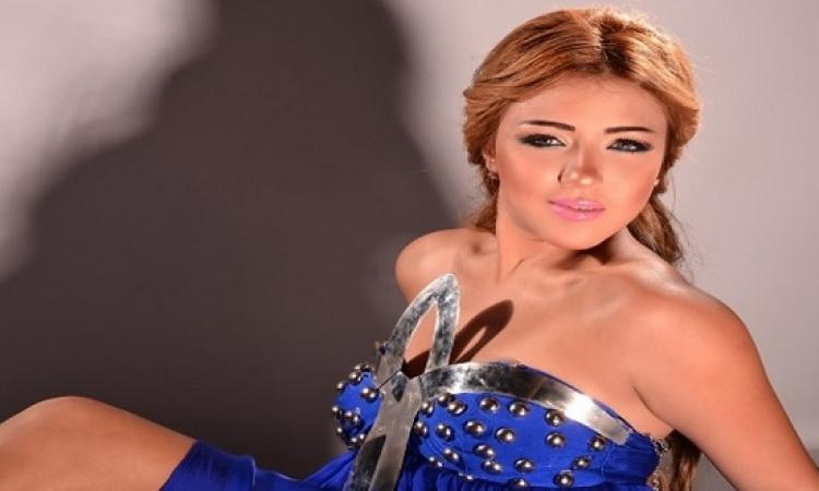 بالصور .. سارة سلامة تعود لطفولتها بجلسة تصوير بالشورت !!