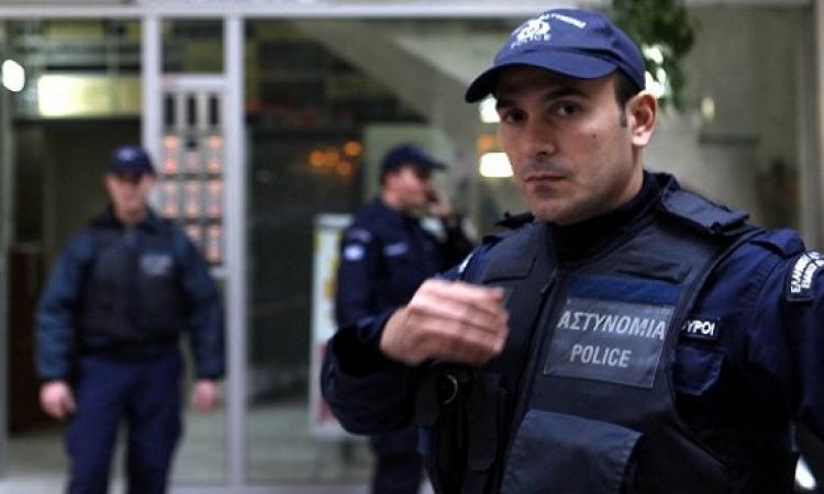 شرطة اليونان يحتجون على حقهم فى دخول الحمام.. هى وصلت لكده