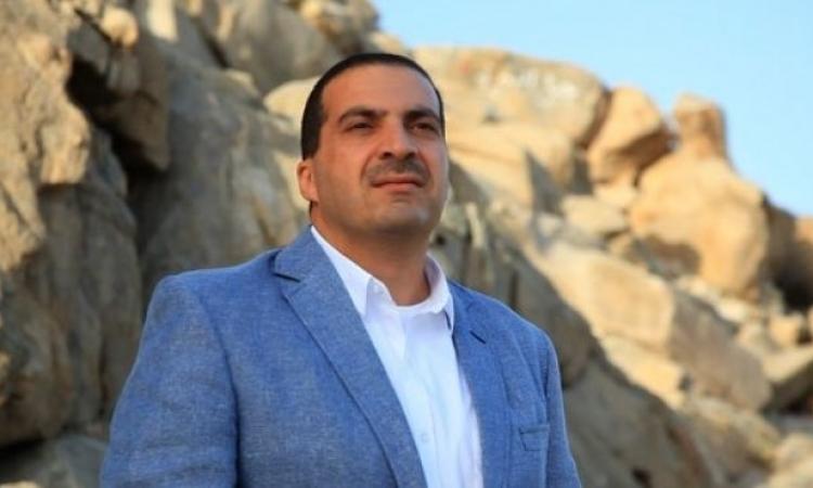 بالصور .. تعليق عمرو خالد على صوره مع زوجته المتبرجة !!
