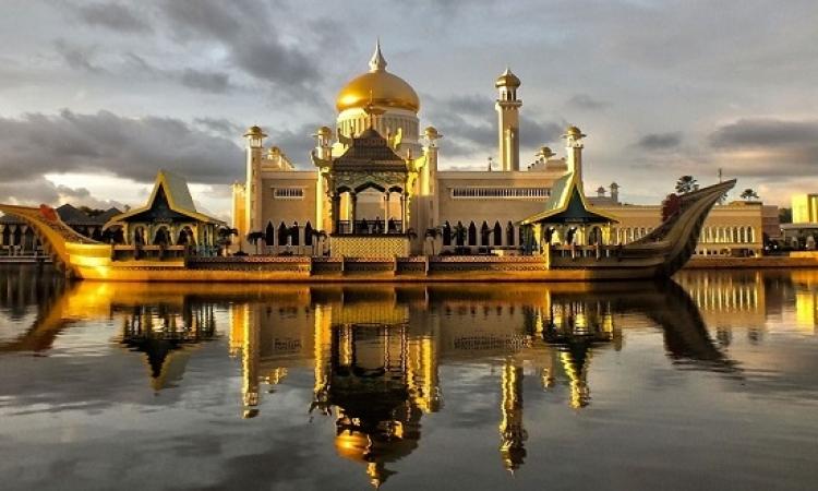 مسجد السلطان عمر ببروناى .. فخامة البناء وروعة الموقع