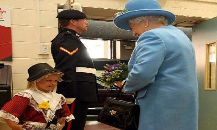 بالفيديو .. طفلة تقدّم الأزهار للملكة إليزابيث فيصفعها الحارس !!