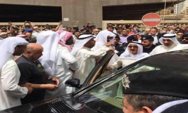 بالفيديو.. أمير الكويت يتفقد موقع انفجار مسجد الإمام الصادق