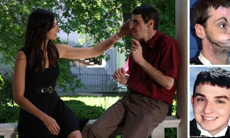 أمريكية تلمس وجهه أخيها المتوفى بعد أن عاد للحياة فى شخص أخر