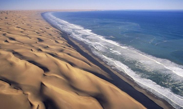سحر جمال صحراء ناميبا .. عندما يلتقى الصحراء والمحيط