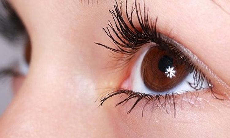 كيف تتخلصى من تساقط رموش العين؟