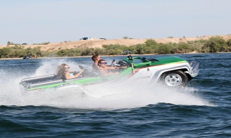 بالفيديو .. خليجى يقود سيارته على اطارين فقط .. لا وكمان فى البحر