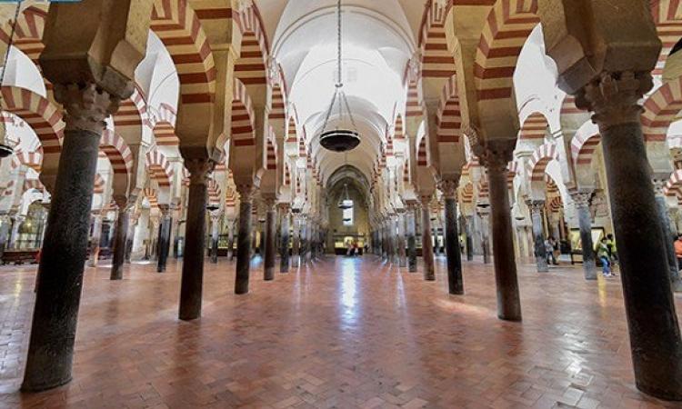 بالصور.. مسجد قرطبة تحفة معمارية.. فى صدد فقدان هويتها الإسلامية!