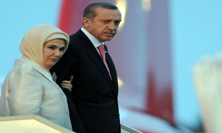 بالصور.. أردوغان وزوجته ودعوة مثلية متحولة على إفطار رمضان