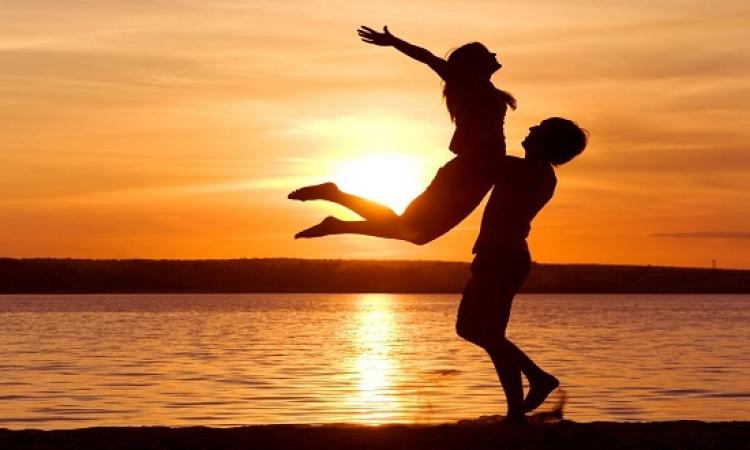 للرجال فقط .. أشياء إذا فعلتها الفتاة اعرف أنها مغرمة بك .. قولها بحبك وريحها !!
