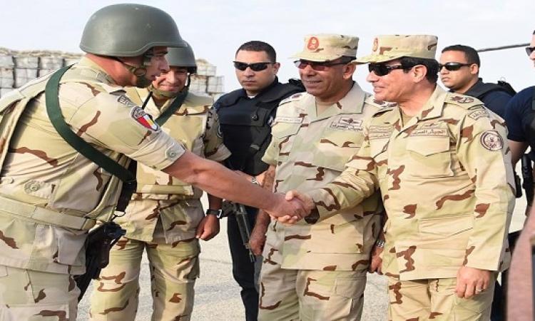 بالفيديو .. السيسى يتفقد قوات الجيش والشرطة فى شمال سيناء بالزى العسكرى