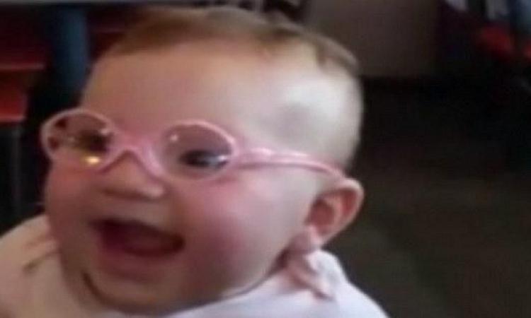 بالفيديو .. ردة فعل سعيدة لطفلة صغيرة أول مرة ترى ولديها بعد إرتداء النظارة