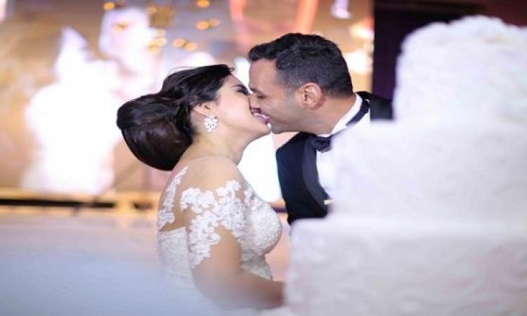 10 صور جديدة من زفاف ايتن عامر .. ابرزها الورد وقبلة العروس ومحمد رمضان