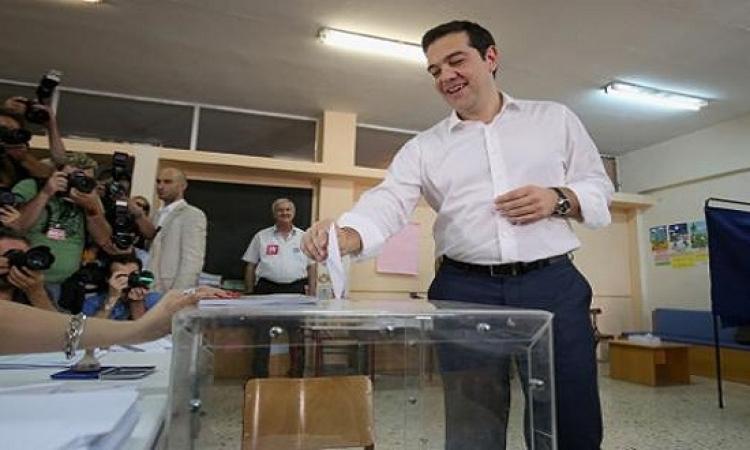 اليونانيون يدلون بأصواتهم فى الاستفتاء على حزمة الإنقاذ المالى من الاتحاد الأوروبى